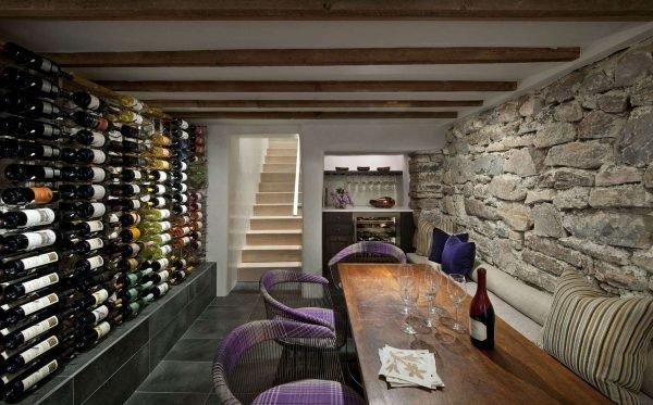Комната отдыха и винный погреб в подвале