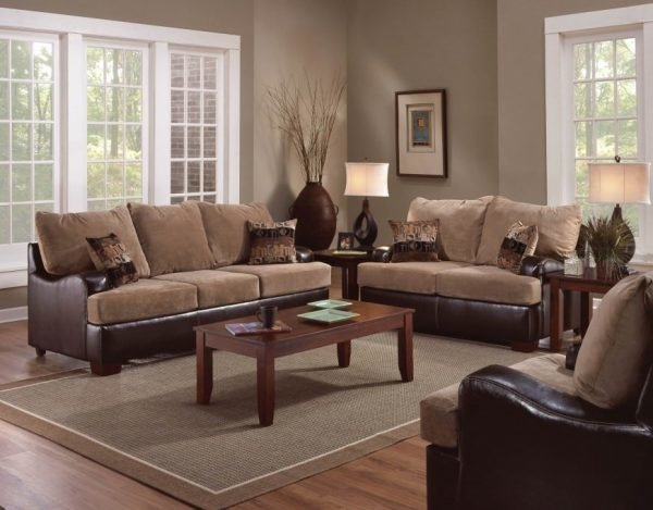 Коричневый диван с ковром