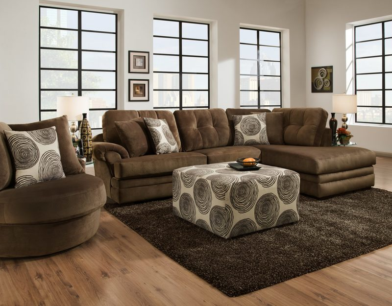 Какой ковёр подходит к коричневому дивану: советы дизайнеров с фото