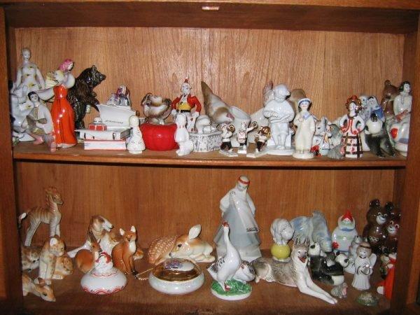 Фарфоровые статуэтки в шкафу