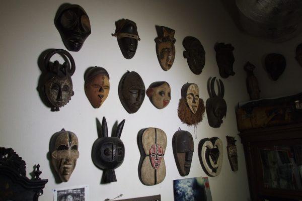 Этнические маски на стене