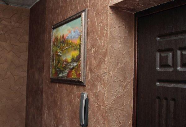 Фактурная штукатурка на стенах в прихожей