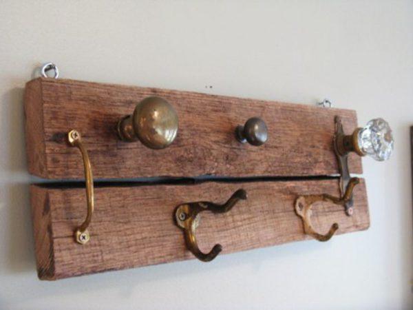 Крючки из старых дверных ручек и скоб