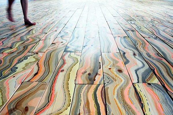 Разноцветные полосы на полу