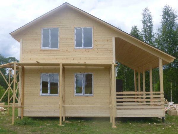 Дачный дом с террасой под крышей