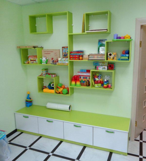 Зелёные полки в детской комнате