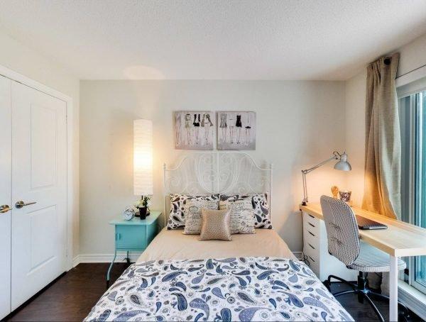 Интерьер спальни с рабочим местом