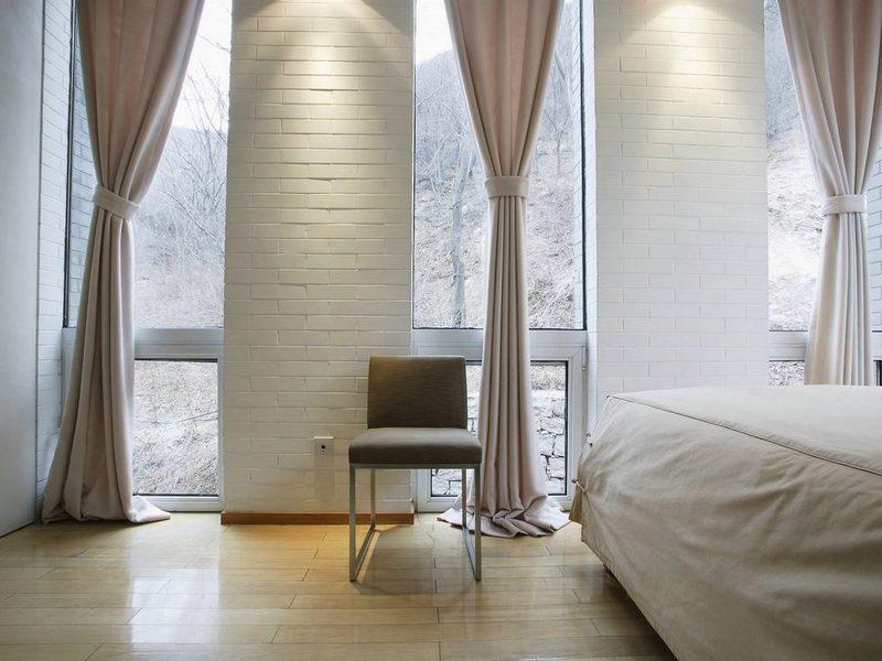 Как оформить узкие окна: идеи на фото