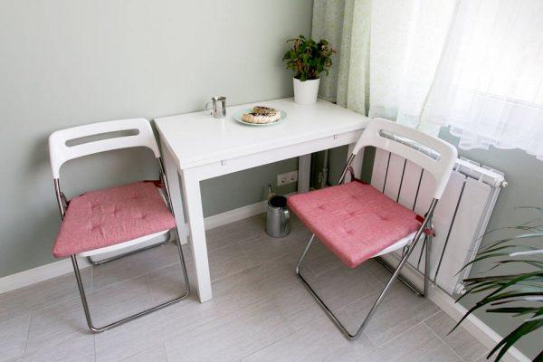 Компактный стол со складными стульями