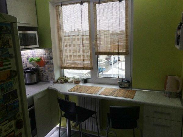 Небольшая обеденная зона у окна