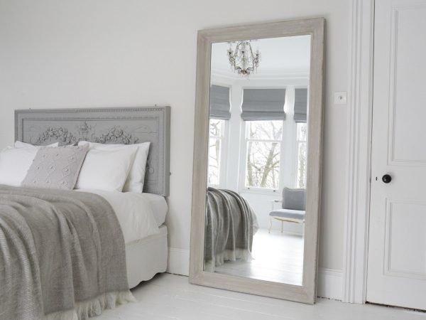 зеркало в спальне у двери
