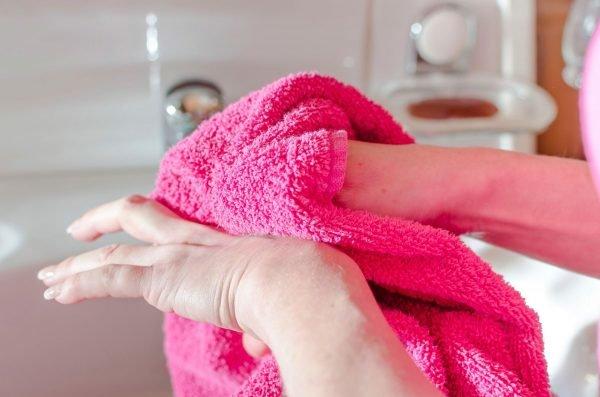 Девушка вытирает руки