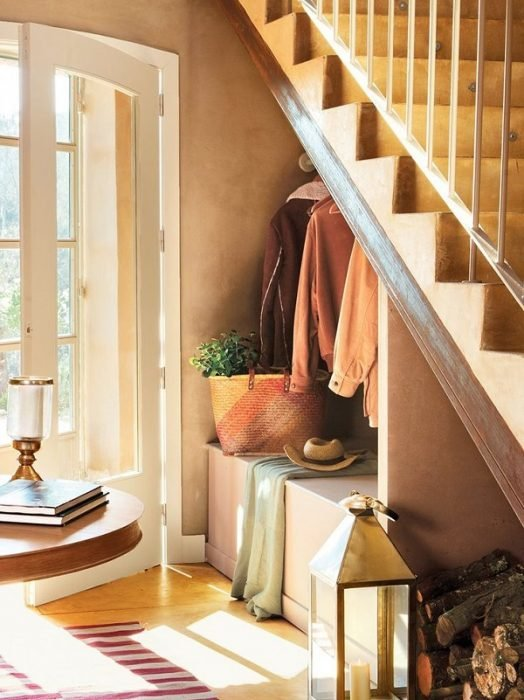 Вещи под лестницей