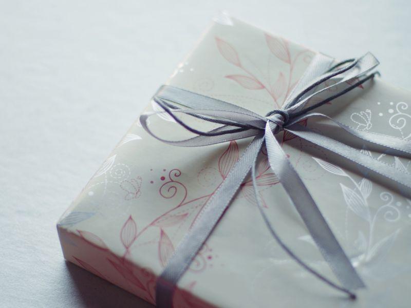Как упаковать подарок в обои своими руками
