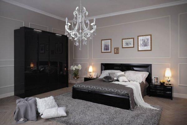 Спальня с чёрной мебелью и серыми стенами