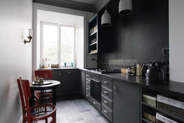 Интерьер кухни в тёмных оттенках