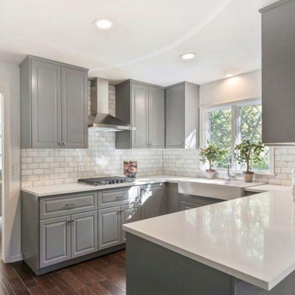 Классический интерьер кухни в светло-серых оттенках