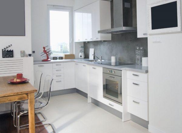 Оформление небольшой кухни в светлых тонах