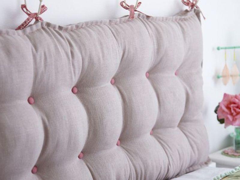 Подушки на стену у кровати в детскую: примеры на фото