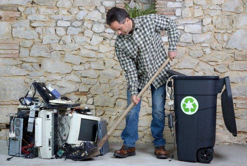 9 предметов, которые вредно выкидывать в обычную мусорку